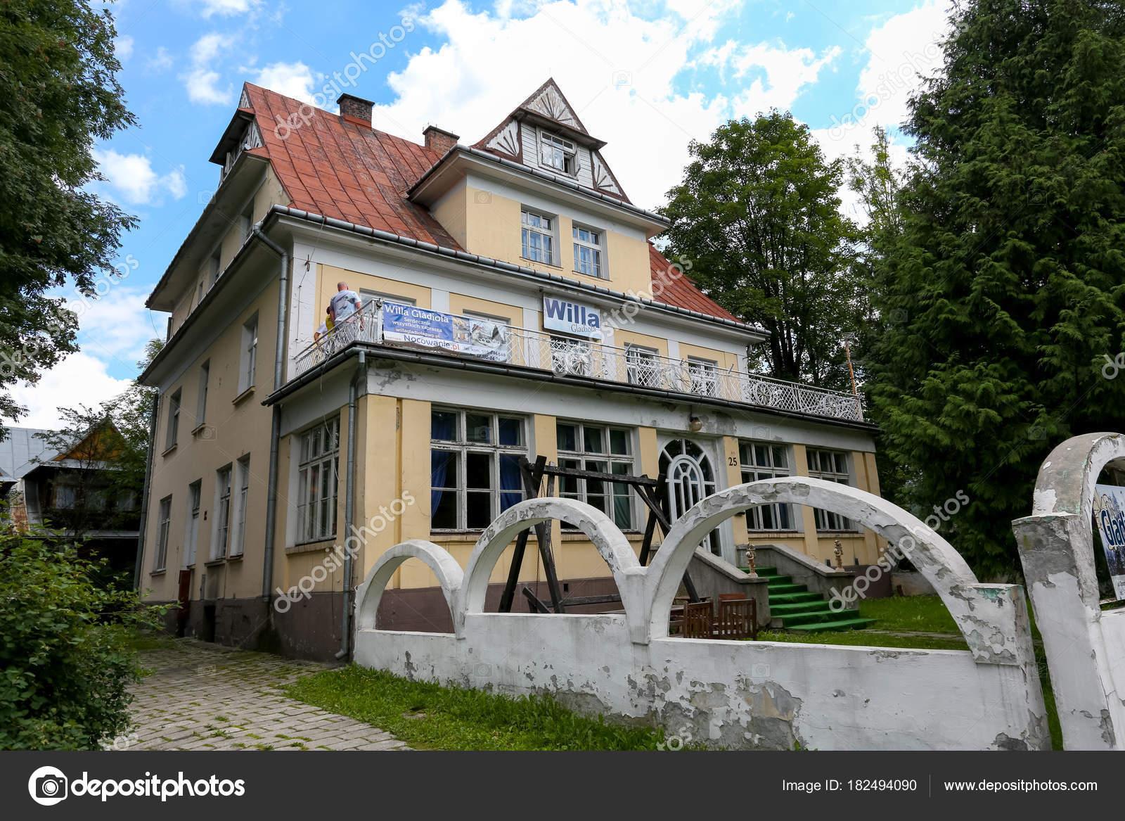 Backstein Villa Mit Konkreter Zaun Umzaunt Redaktionelles