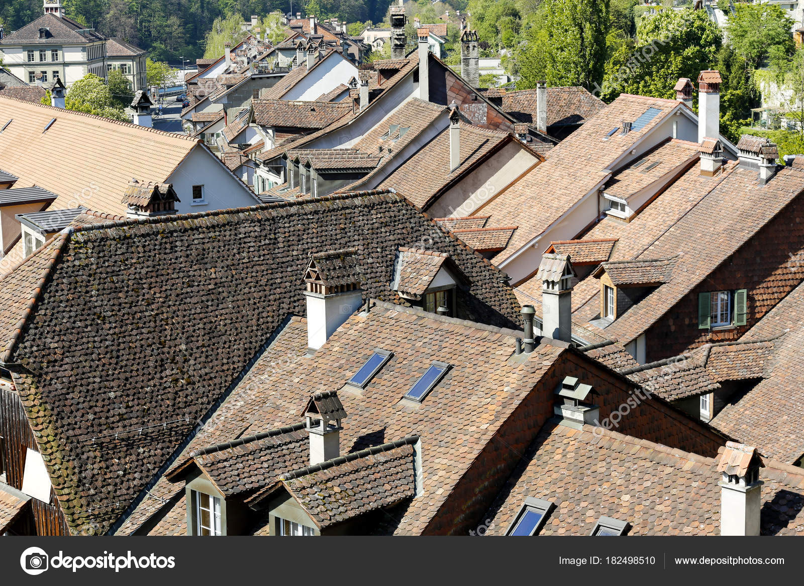Molti tetti spioventi rivestiti con piastrelle u2014 foto editoriale