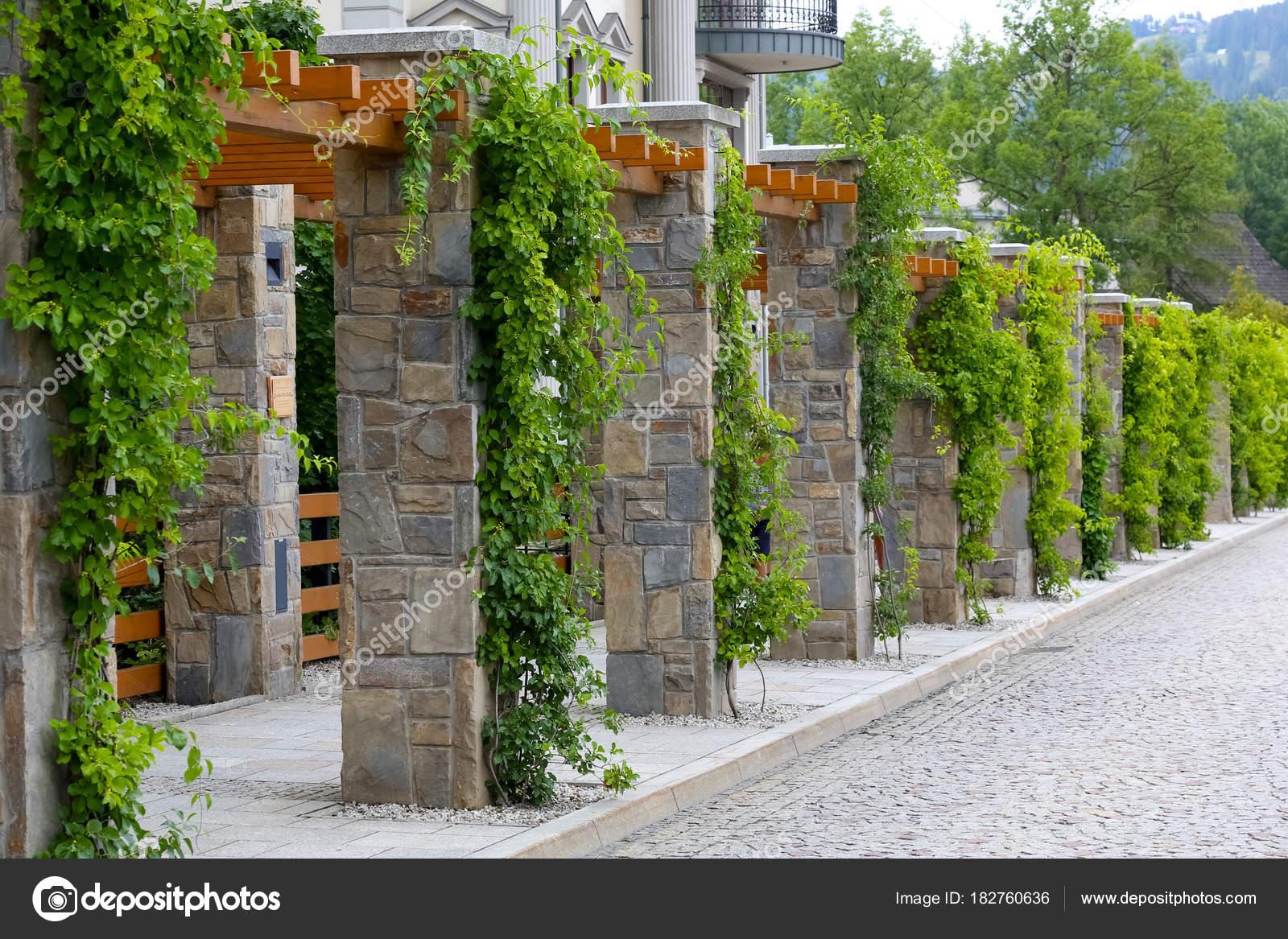 Pergolato con colonne in pietra a zakopane u foto editoriale stock