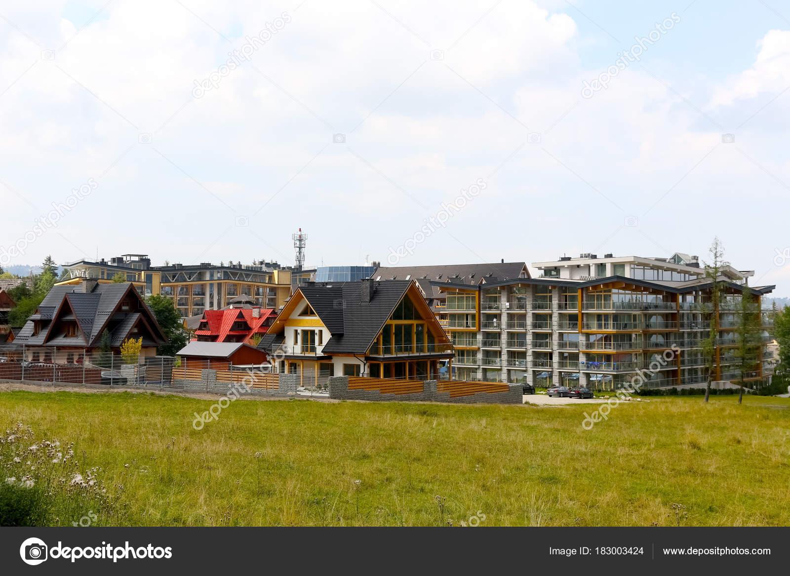 Große Gebäude und moderne Wohnhäuser — Redaktionelles Stockfoto ...