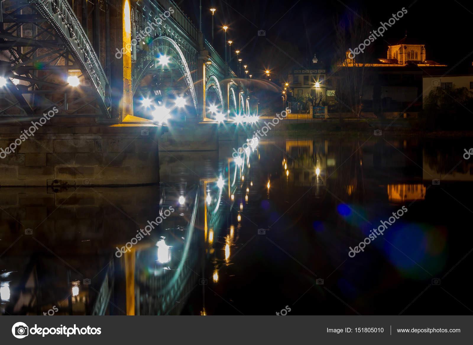 uitzicht op de verlichte brug over de rivier tormes in salamanca s stockfoto