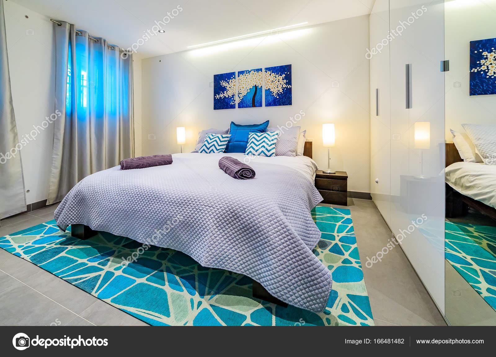 Lumineux luxe moderne chambre décorée en bleu et vert — Photographie ...