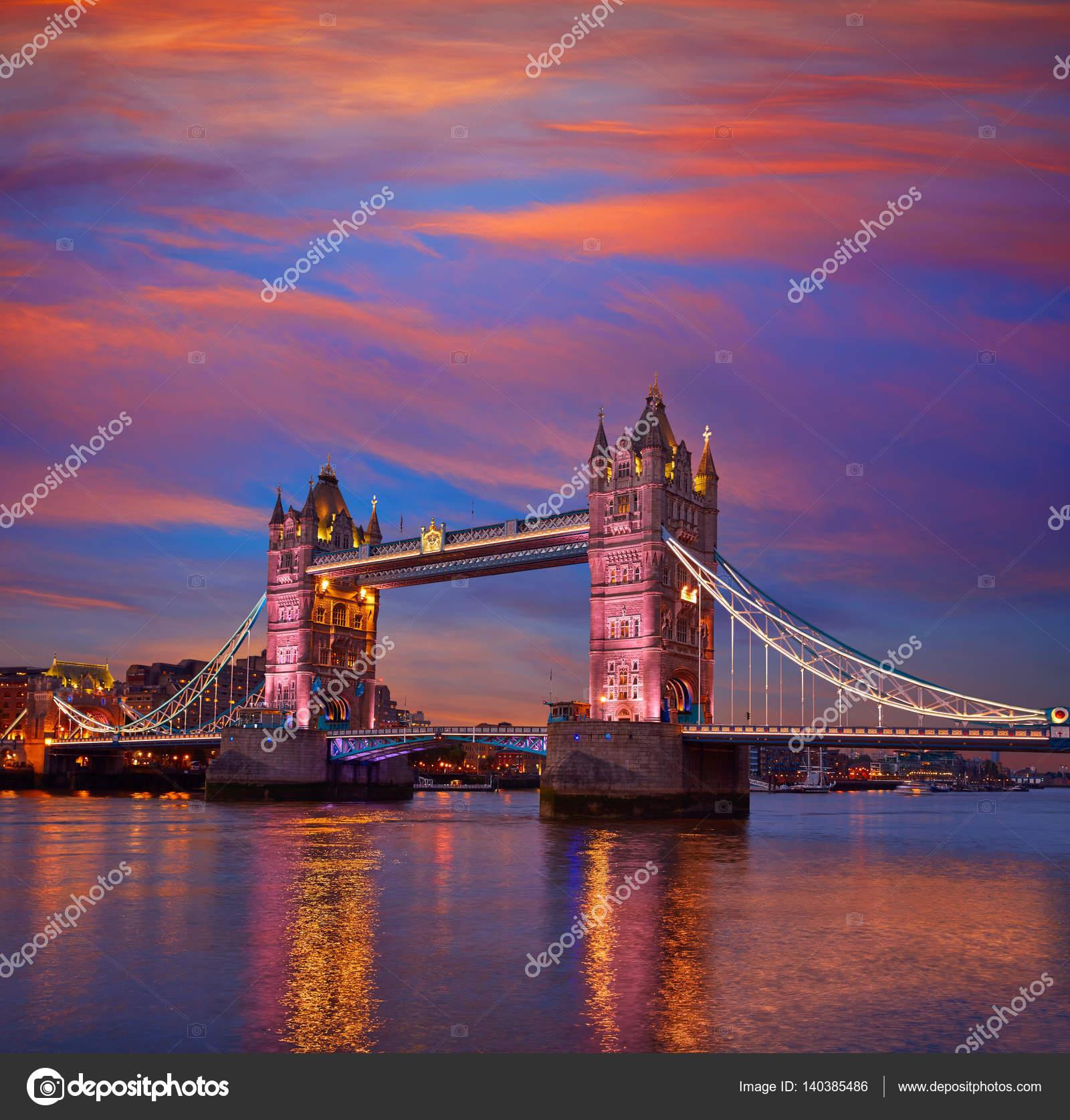 Atardecer De London Tower Bridge En El Río Támesis Foto De Stock