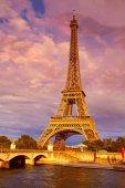 Eiffelova věž při západu slunce Paříž Francie