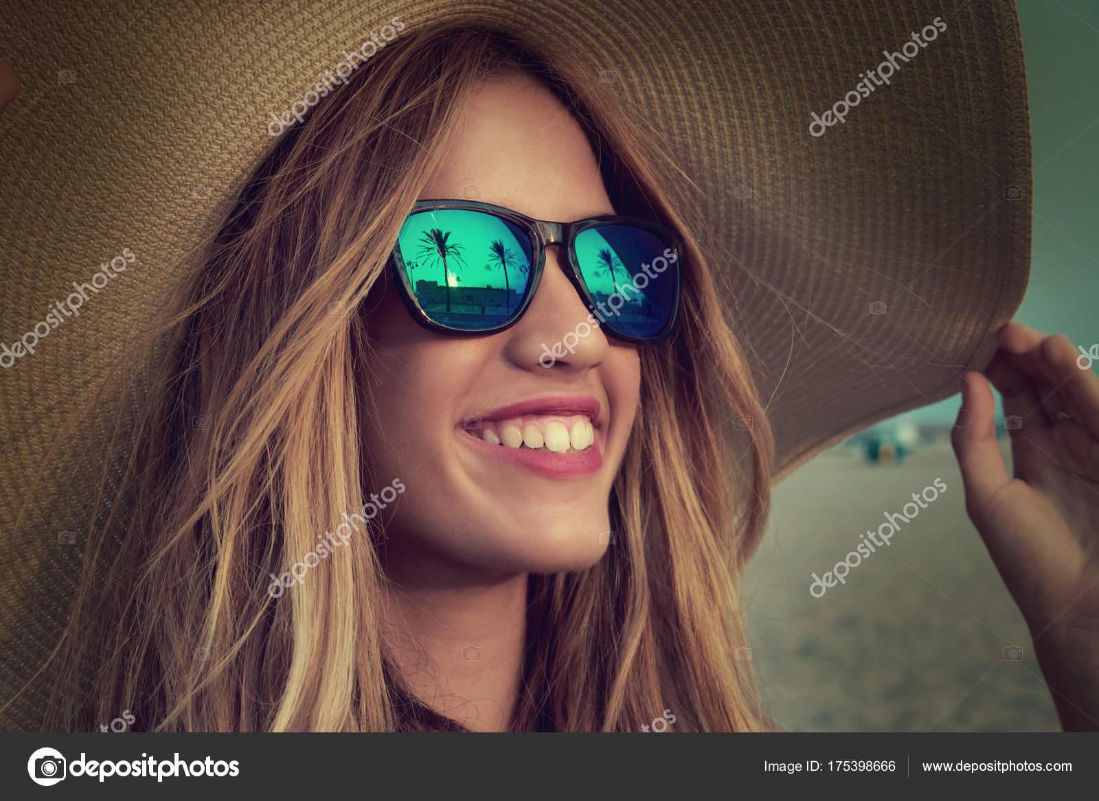 95e5a57b3 Adolescente loira óculos escuros e chapéu de sol pamela ao entardecer de  árvore de palma — Foto de ...