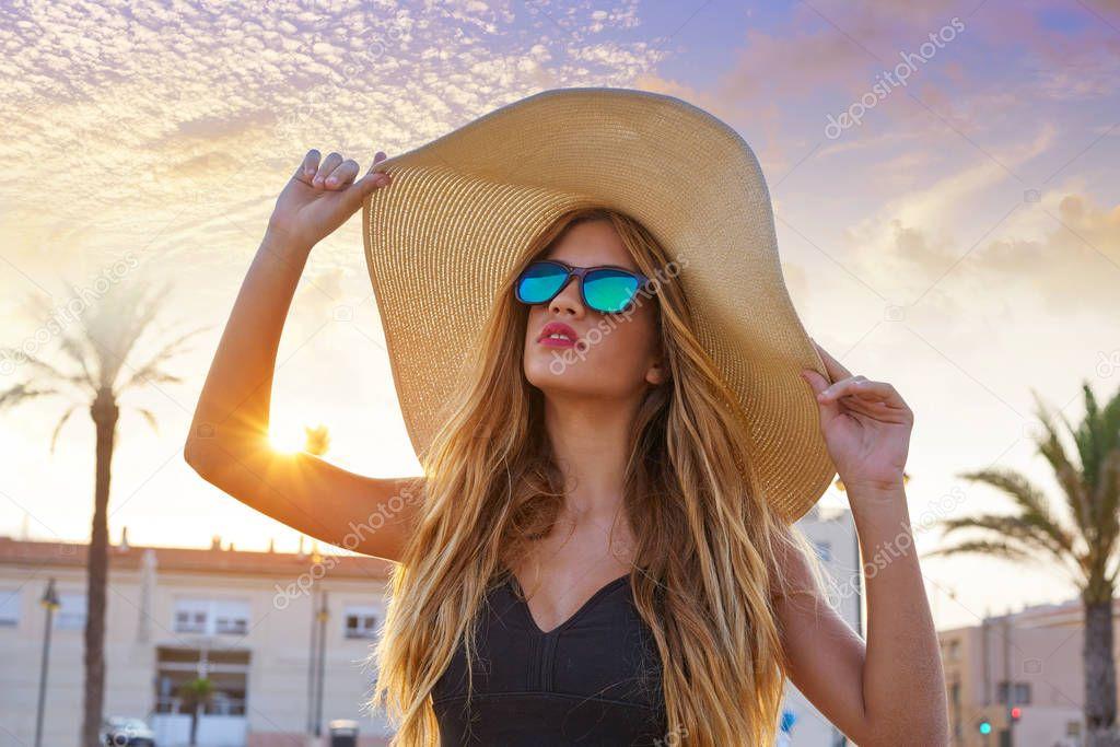 c537f2c30 Adolescente loira óculos escuros e chapéu de sol de pamela — Stock Photo ©  lunamarina #175398764