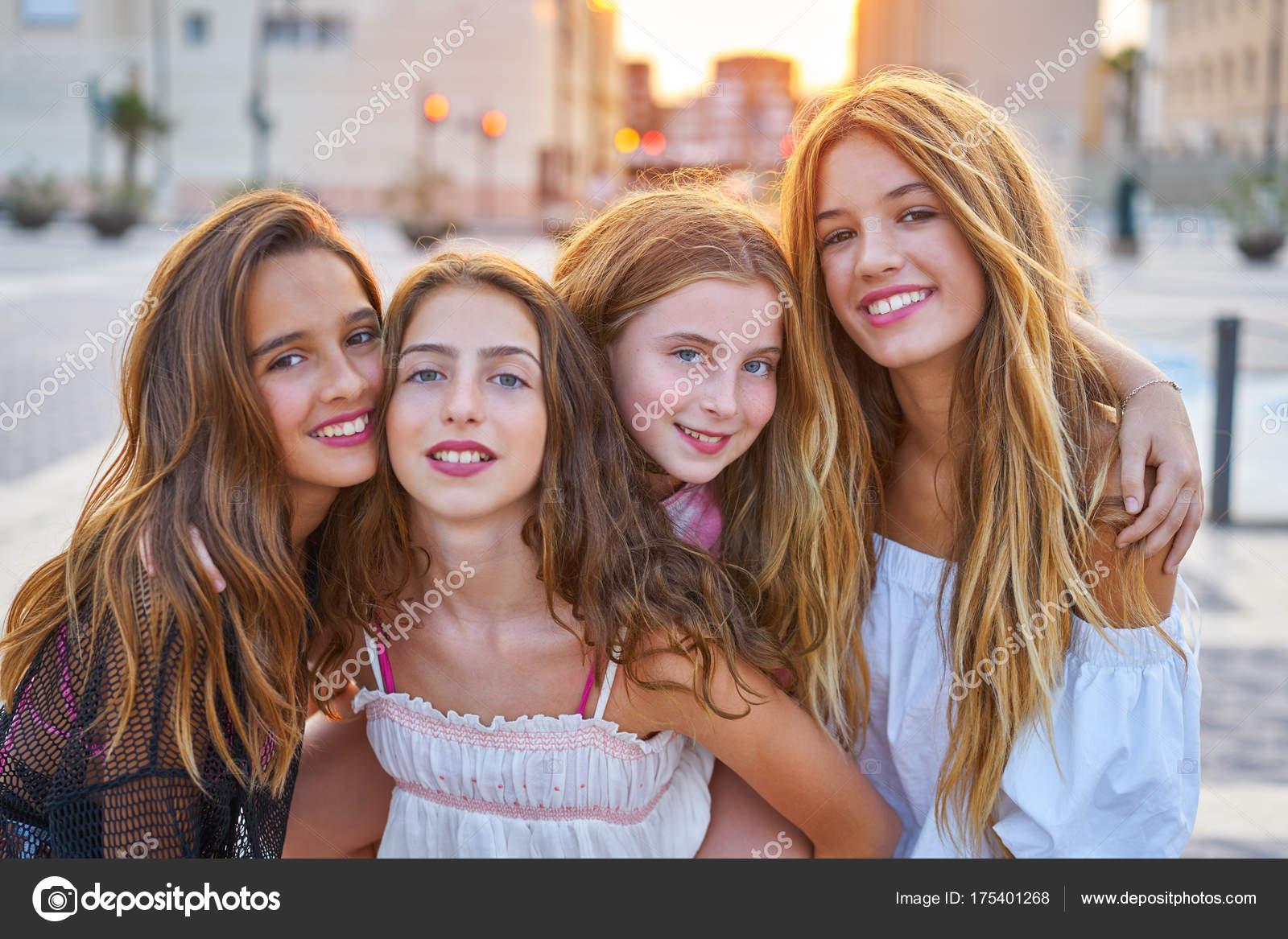 Beste Freunde Teen Girls Bei Sonnenuntergang In Der Stadt Stockbild