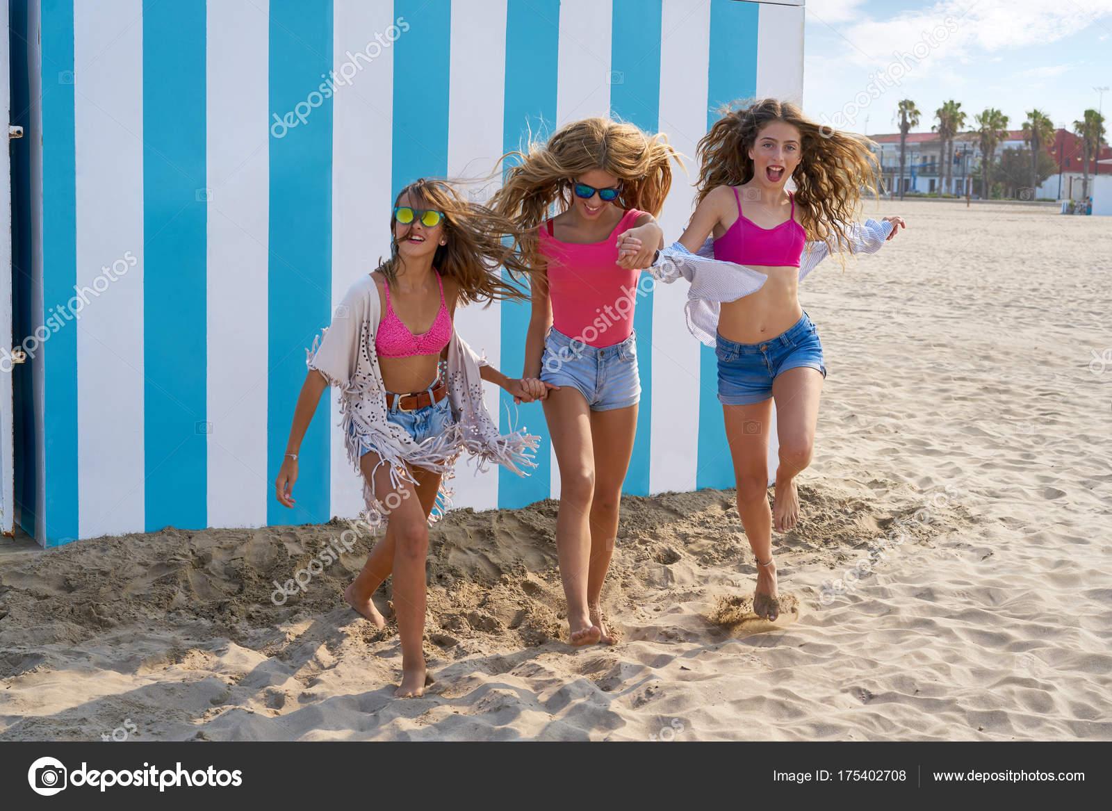 Best friends teen girls group running happy in a beach having fun — Photo  by TONO ...
