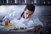 Kuchař, pracovat v kuchyni s kouřem a olejem