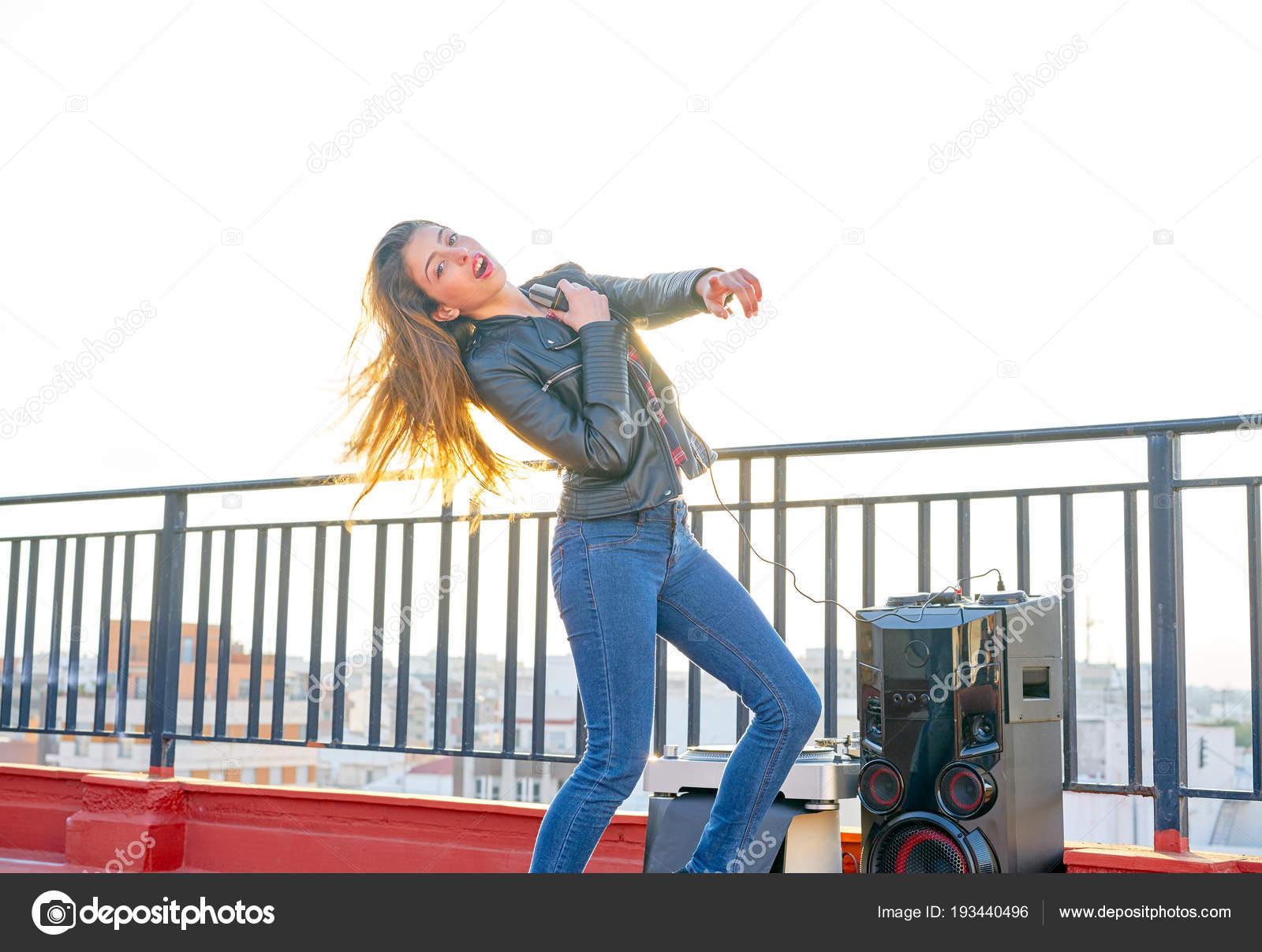 Tono Terraza : Banda chica karaoke cantar al aire libre en la terraza de la