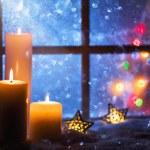 Outdoor weihnachtsdekoration fenster mit roten kerzen for Winterdekoration fenster