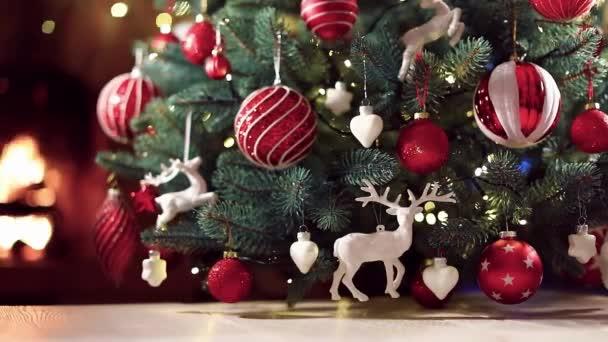 Karácsonyfa vörös golyókkal és szarvasokkal