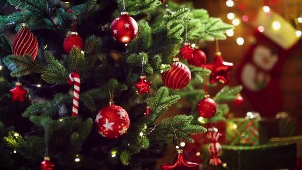 vánoční stromek s dekoracemi a dárky