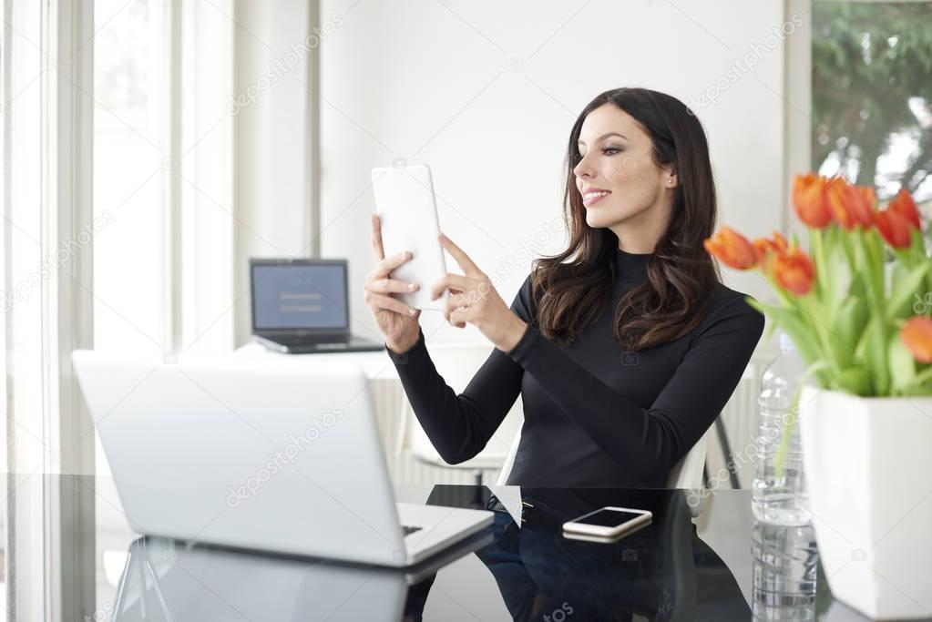Businessswoman Nehmen Selfie Stockfoto Gzorgz 143751591