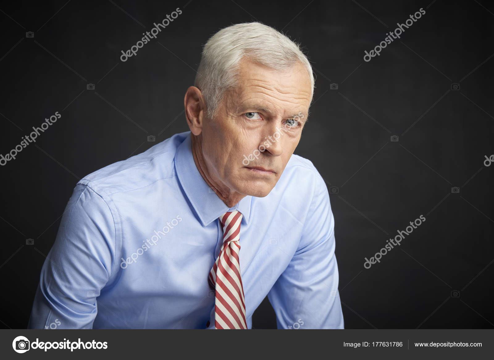 Homem Sênior Aflito Camisa Gravata Olhando Para Câmera Antes Parede —  Fotografia de Stock 5348026a868