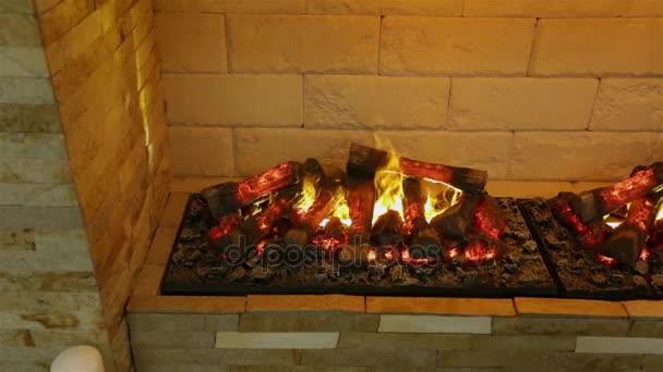 Krb na dřevo v interiéru. Simulovaný požár