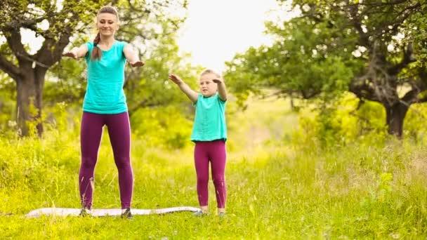 Maminka s dítětem účastní fitness