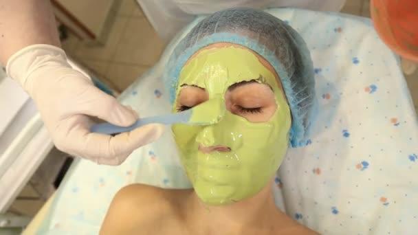 Frau mit grüner Maske im Gesicht