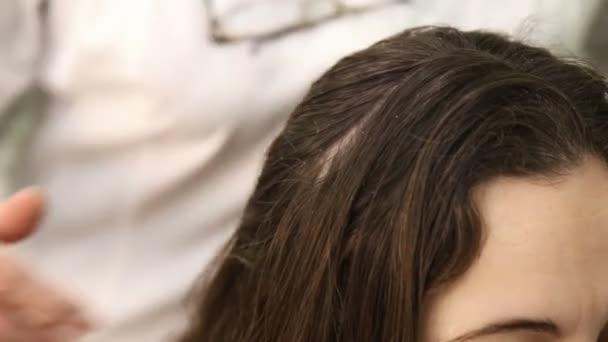 Žena, která dělá masáž hlavy