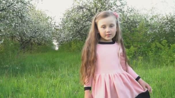 das kleine Mädchen rennt