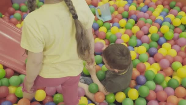 Kinder spielen in einem großen Ballhaufen