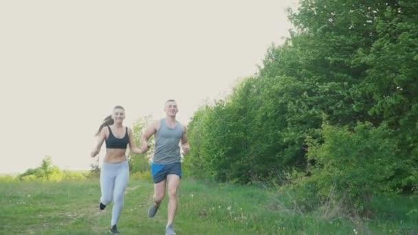 Kluk s dívkou běží