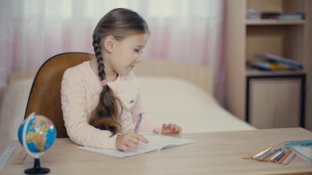 lány ír levelet