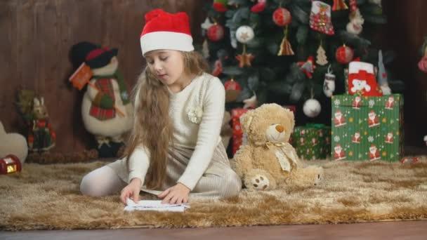 Mädchen schreibt einen Brief