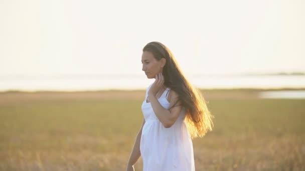 Frau mit langen Haaren zu Fuß
