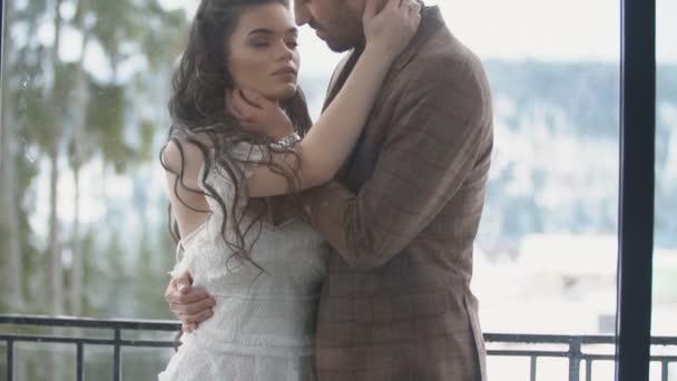 Paar kuschelt auf dem Balkon