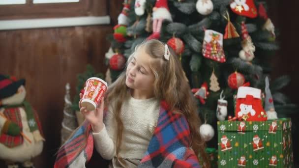 Mädchen mit einem Glas trinkt etwas
