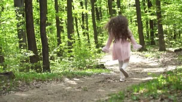 dívka běží po lesní cestě