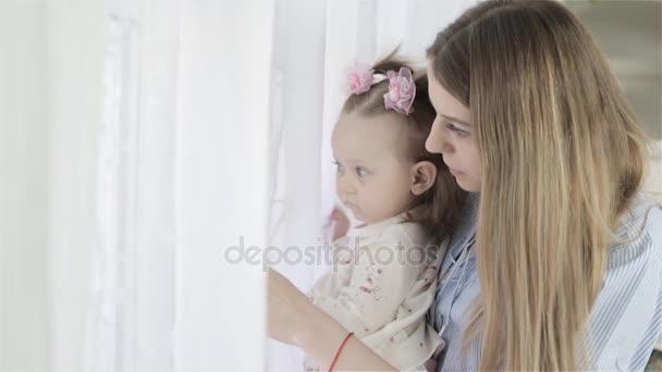 Matka se svou malou holčičku stál u okna a díval se mimo