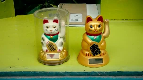 Maneki Neko. Čínské štěstí kočka mává tlapě