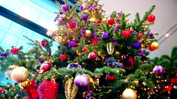 Vánoce. Detail. Jasná světla a ozdoby na vánoční stromeček.
