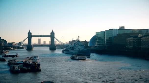 Časová prodleva. Tower Bridge na řece Temži.