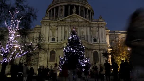 Časová prodleva. Noční Londýn. Vánoční strom před katedrálou svatého Pavla