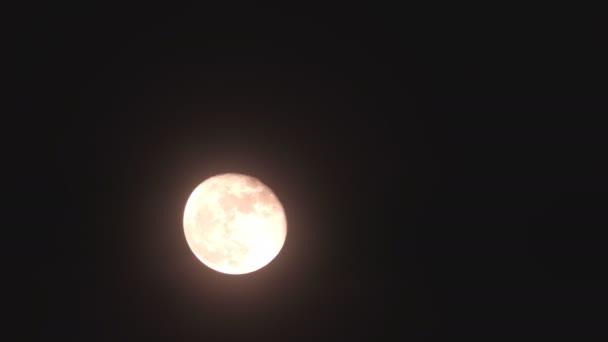 Časová prodleva. Noční Londýn. Krásný Červený měsíc na obloze