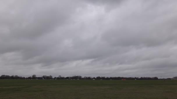 Časová prodleva. Krásné mraky nad polem