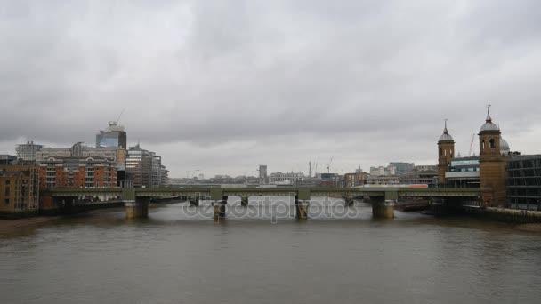 Časová prodleva. Železniční most na řece