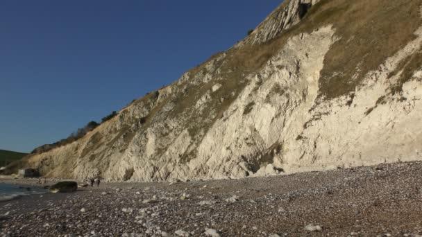 Oblázková pláž v bílé skály