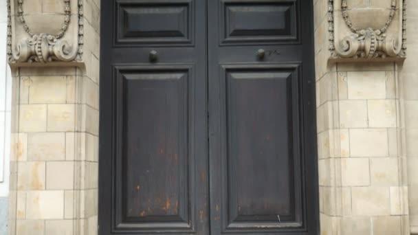 Türen und Balkon eines antiken Gebäudes.
