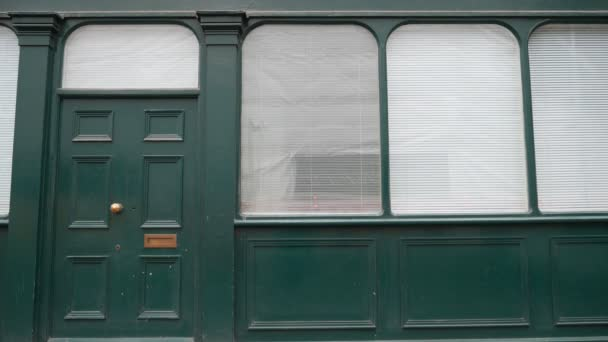 Türen und Fenster. die Fassade des Hauses.