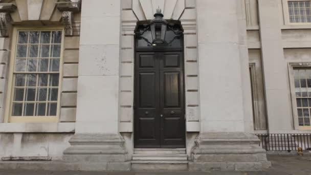 Dveře a okna staré budovy.