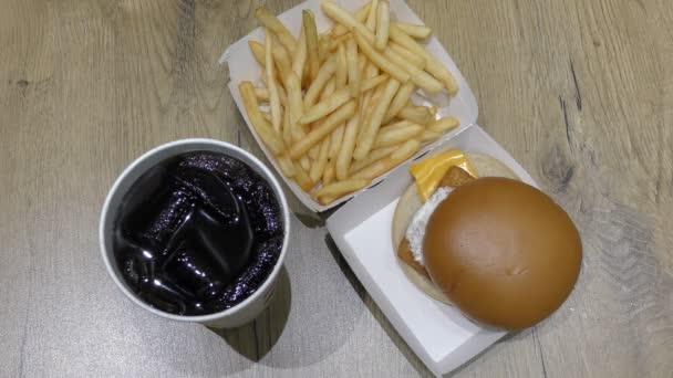 Rychlé občerstvení. Hamburger, hranolky a pití s ledem