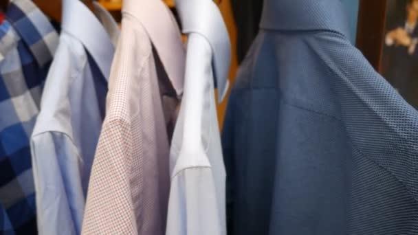 Pánské košile v úložišti.