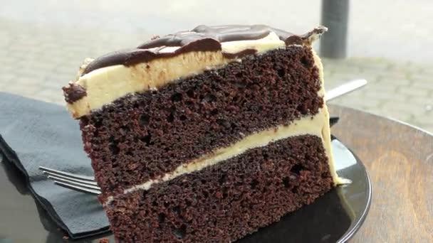 kus čokoládového dortu na talíři