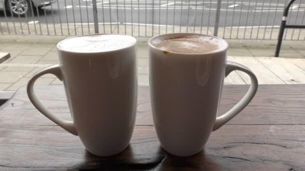 Ranní latté. Káva ve dvou šálků