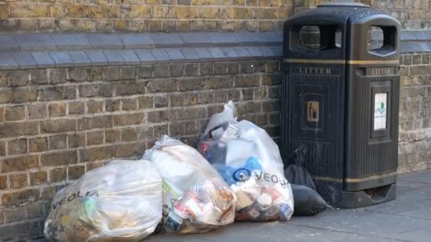 Popelnice a pytle s odpadky