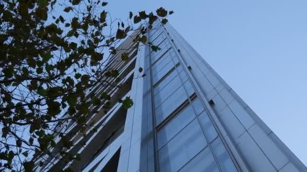 Glaswolkenkratzer unter blauem Himmel.